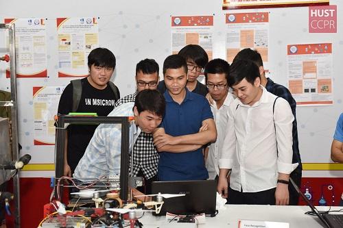 Sinh viên Đại học Bách khoa Hà Nội tại cuộc thi Sáng tạo trẻ Bách khoa (Ảnh: ĐHBKHN)