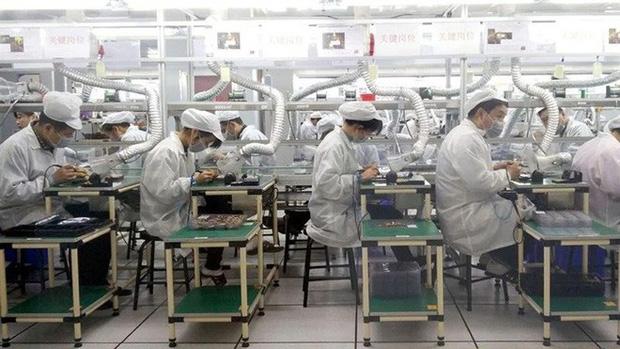 Công nhân trên dây chuyền lắp ráp của Foxconn.